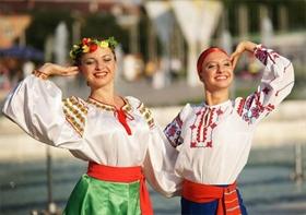 Международни фолклорни състави дефилират в Пловдив