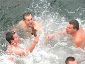 Йордановден е - в Пловдив 22-годишният Владо Батаклиев извади кръста