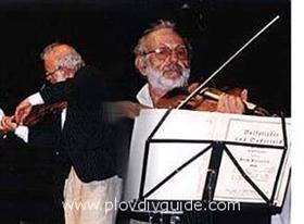 The actor Itzko Finci conducting a concert