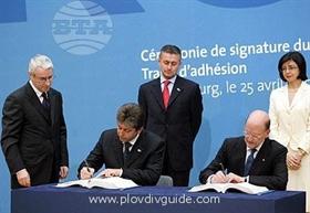 Bulgaria signing the EU Accession Treaty